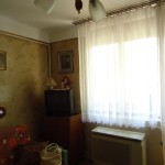 kis lakás előtte ablak