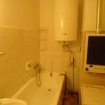 kis lakás előtte fürdőszoba
