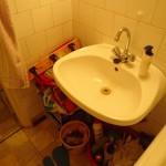 kis lakás előtte mosdó