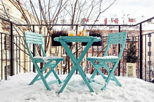 Asztal és székek az erkélyen télen