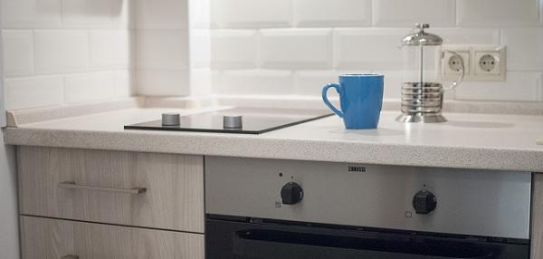 kék bögre a konyhapulton