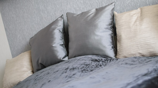 Párnák az ágyon hálószobában