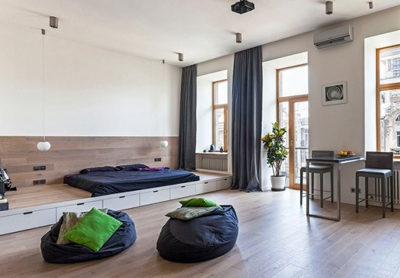Fekete babzsákfotel modern nappaliban
