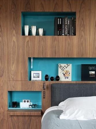 Kék burkolatú falfülke hálószobában