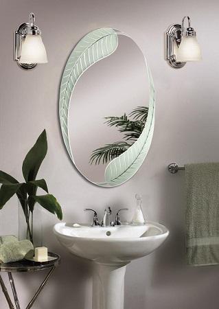 Levél mintázattal díszített tükör fürdőszobában