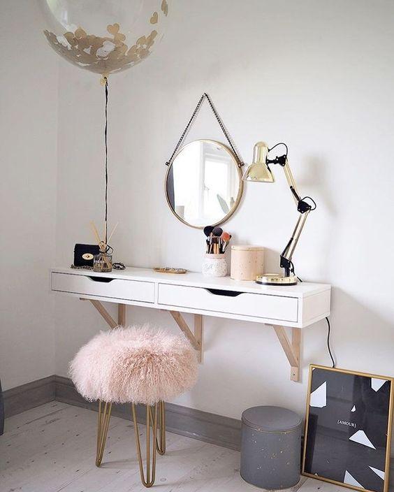 Falra szerelt egyszerű asztal fali tükörrel