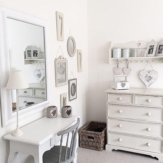 Fehér sminkasztal fehér szobában