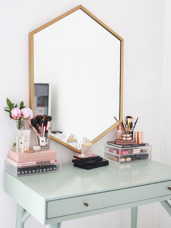Sminkasztal hatszögletű tükörrel