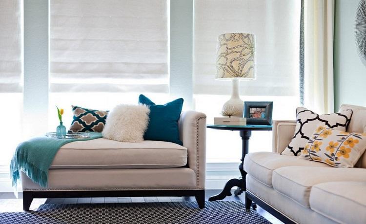 színes párnák nappaliban