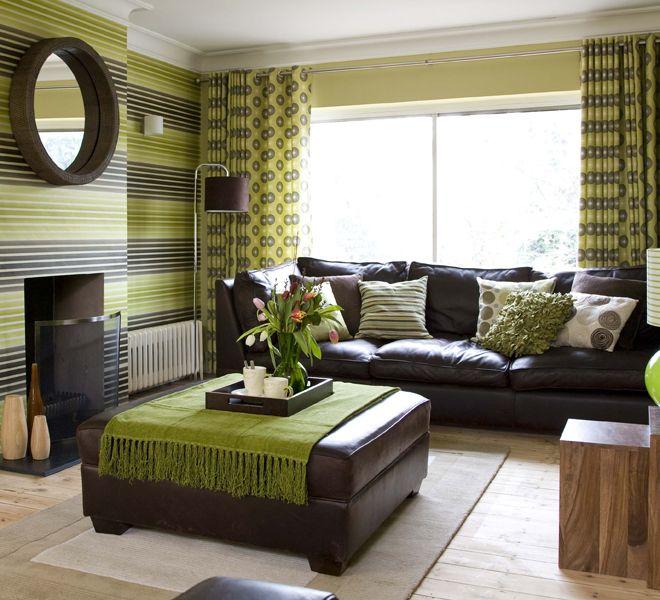 Zöld és barna mintás kiegészítők nappaliban