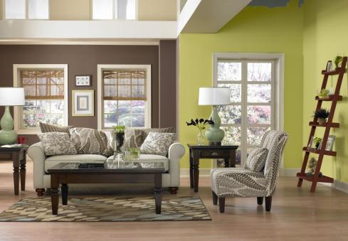 Zöld és barna színvilágú nappali