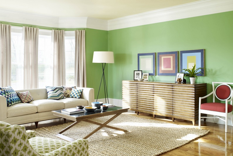 Zöld fal nappaliban, díszléccel