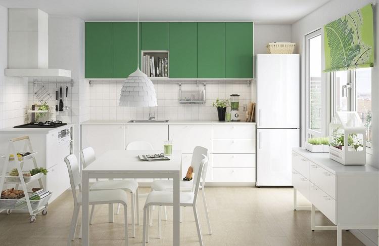 Zöld-fehér konyhabútor modern nappaliban