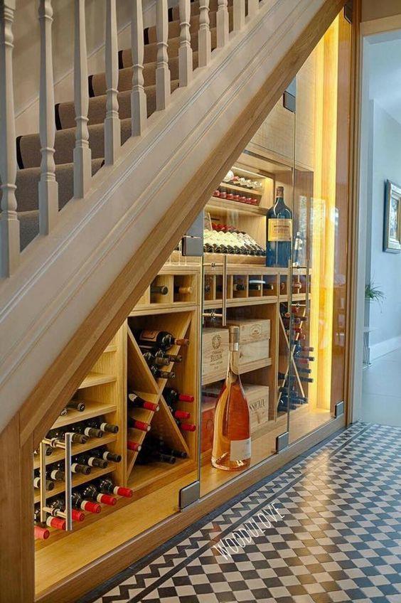 Bor tárolása a lépcső alatt modern designnal