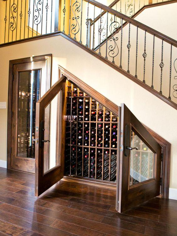Bor tárolása a lépcső alatt klasszikus designnal
